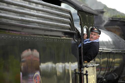 Il macchinista della locomotiva a vapore 45407 della North Yorkshire Moors Railway