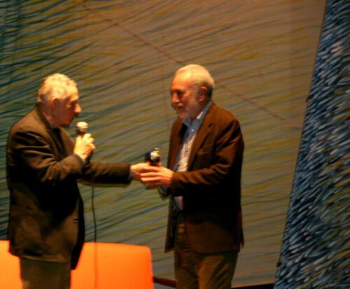 Mario Dondero consegna premio a F. Tullio Altan